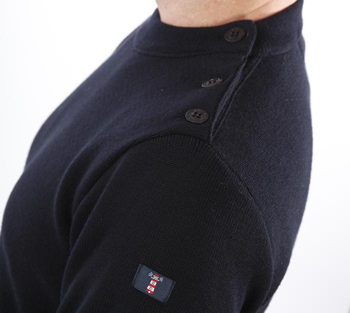 Pull marin breton de profil, boutonné à l'épaule