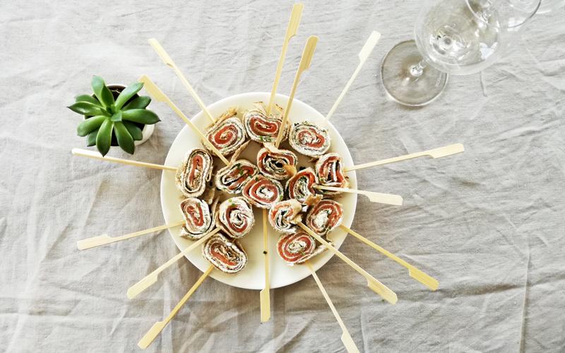 Rouleaux de galette au sarrasin, saumon fumé et fromage frais